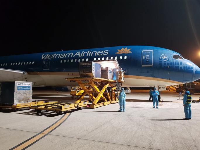 Chuyến bay đầu tiên đưa gần 300 công dân Việt Nam từ khu vực Trung Đông về nước - Ảnh 9.