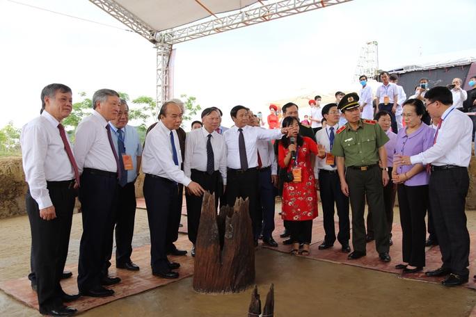 Thủ tướng tham quan bãi cọc Bạch Đằng mới phát hiện - Ảnh 4.