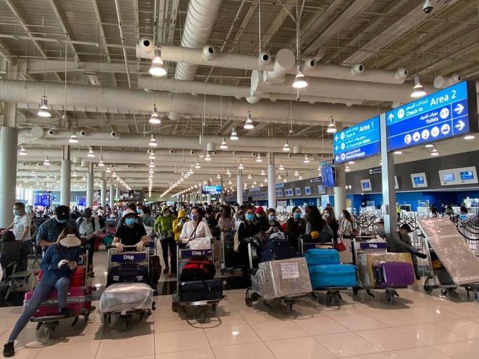 Chuyến bay đầu tiên đưa gần 300 công dân Việt Nam từ khu vực Trung Đông về nước - Ảnh 4.