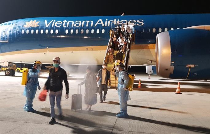 Chuyến bay đầu tiên đưa gần 300 công dân Việt Nam từ khu vực Trung Đông về nước - Ảnh 1.
