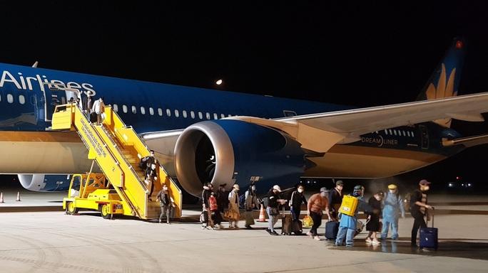 Chuyến bay đầu tiên đưa gần 300 công dân Việt Nam từ khu vực Trung Đông về nước - Ảnh 7.