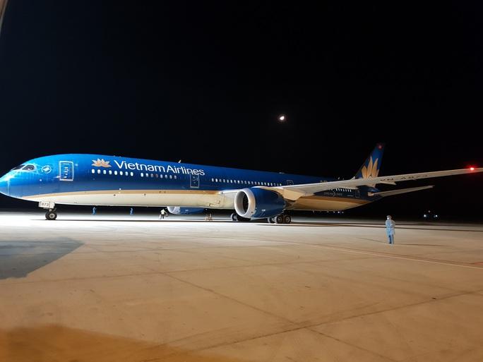 Chuyến bay đầu tiên đưa gần 300 công dân Việt Nam từ khu vực Trung Đông về nước - Ảnh 5.