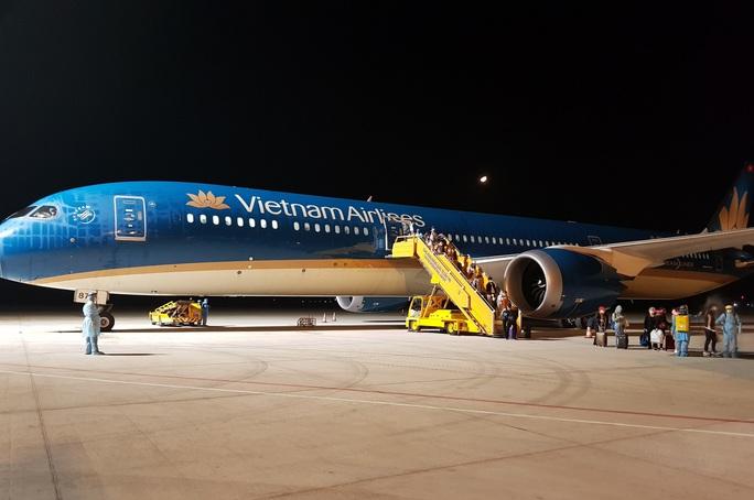 Chuyến bay đầu tiên đưa gần 300 công dân Việt Nam từ khu vực Trung Đông về nước - Ảnh 6.