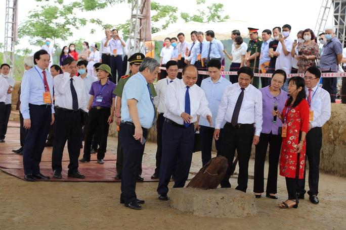 Thủ tướng tham quan bãi cọc Bạch Đằng mới phát hiện - Ảnh 1.