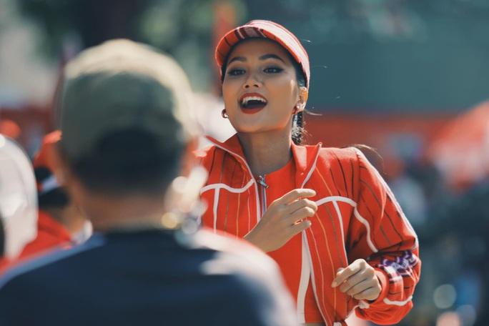 Hoa hậu Hhen Niê náo động chặng đua Cúp Truyền hình - Ảnh 3.