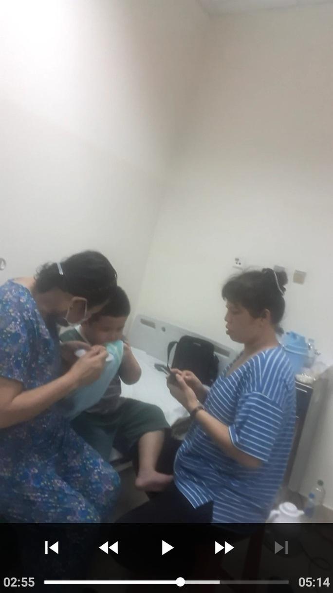 TP HCM: Nhiều người nhập viện sau khi ăn bánh mì - Ảnh 1.