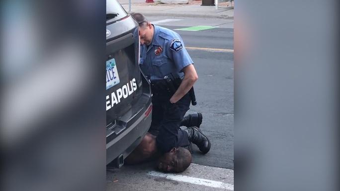 Mỹ bắt sĩ quan cảnh sát lấy đầu gối chẹt cổ, đè chết người da màu gây phẫn nộ  - Ảnh 2.