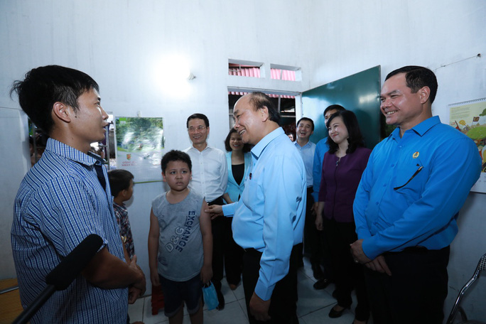 Thủ tướng Nguyễn Xuân Phúc thăm hỏi, động viên công nhân, người lao động tại Bắc Ninh  - Ảnh 4.