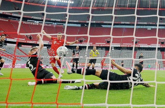 Phá nát mọi hàng thủ Bundesliga, Lewandowski lập siêu kỷ lục - Ảnh 5.