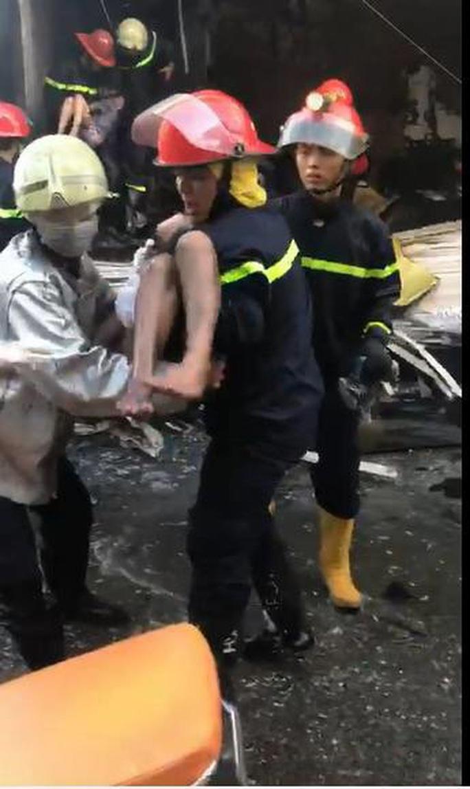 TP HCM: Cứu 7 người thoát khỏi đám cháy trong căn nhà hai tầng - Ảnh 2.