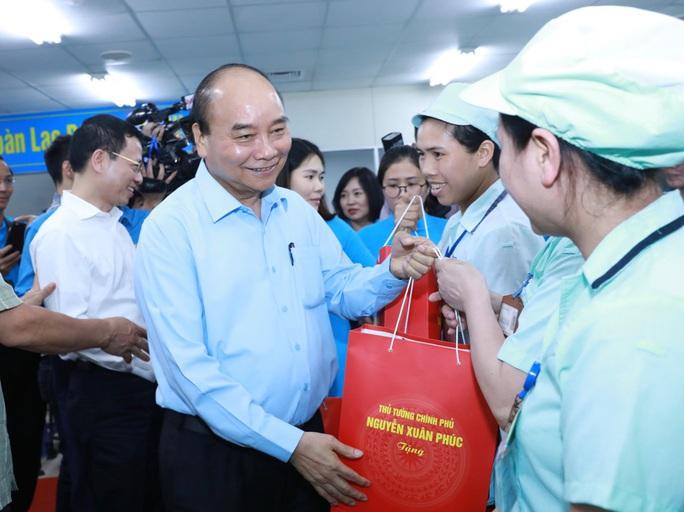 Thủ tướng Nguyễn Xuân Phúc thăm hỏi, động viên công nhân, người lao động tại Bắc Ninh  - Ảnh 1.