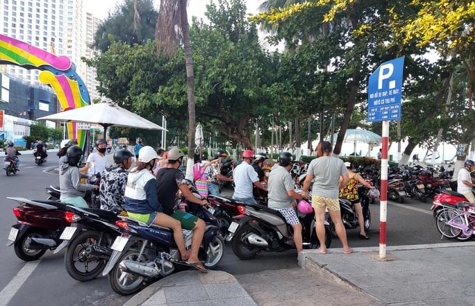 Bãi biển Nha Trang đông nghịt trong ngày đầu mở cửa - Ảnh 4.