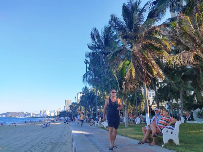 Bãi biển Nha Trang đông nghịt trong ngày đầu mở cửa - Ảnh 8.