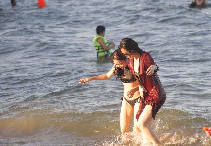 Bãi biển Nha Trang đông nghịt trong ngày đầu mở cửa - Ảnh 7.