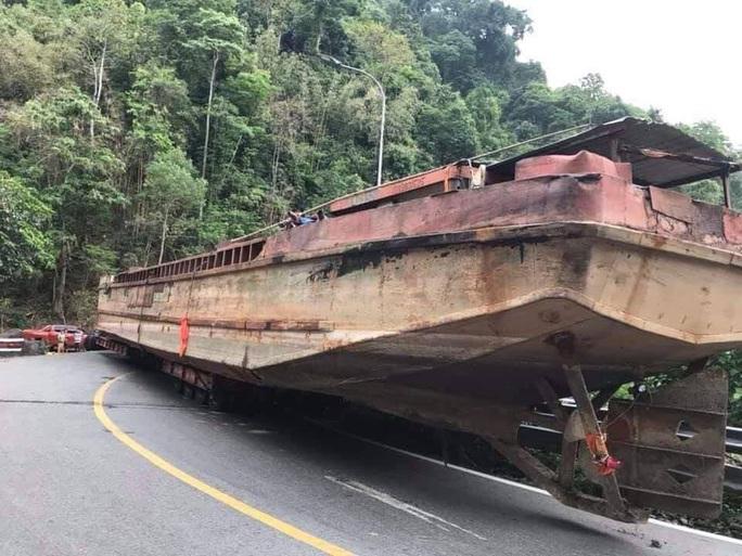 Đèo Bảo Lộc tắc nghẽn vì xe đầu kéo chở... thuyền khủng - Ảnh 2.