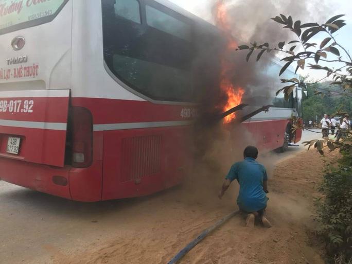 Cháy xe giường nằm, hàng chục hành khách tháo chạy - Ảnh 2.