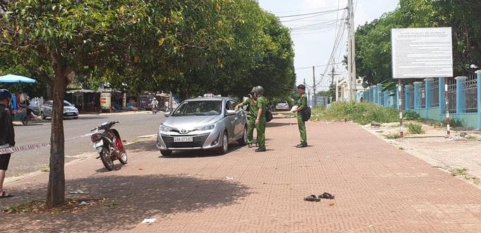 Tài xế taxi đâm chết đồng nghiệp nghi do giành khách - Ảnh 1.