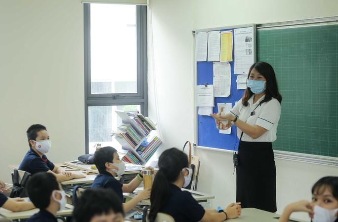 CLIP: Thầy, cô vẫy tay chào học sinh trong ngày trở lại trường - Ảnh 16.