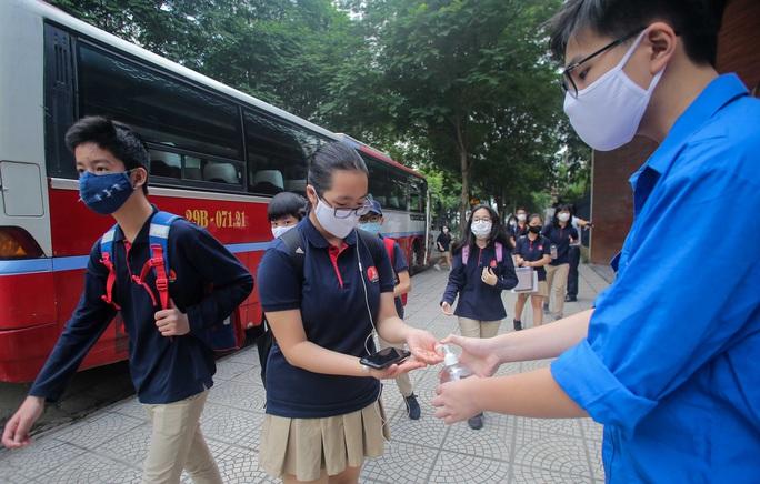 CLIP: Thầy, cô vẫy tay chào học sinh trong ngày trở lại trường - Ảnh 4.