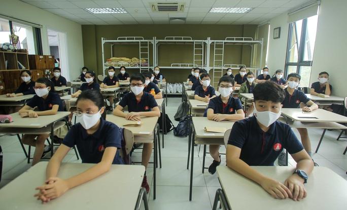 CLIP: Thầy, cô vẫy tay chào học sinh trong ngày trở lại trường - Ảnh 15.