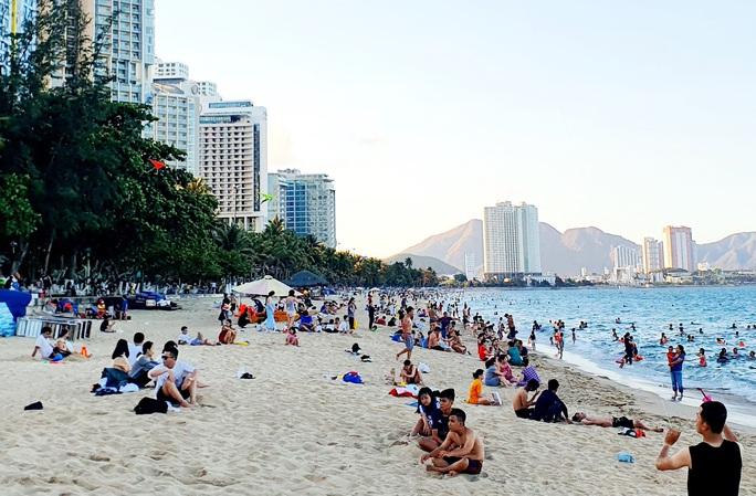 Bãi biển Nha Trang đông nghịt trong ngày đầu mở cửa - Ảnh 2.