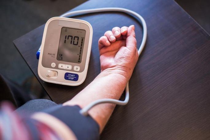 Bác bỏ hiểu lầm nguy hiểm về thuốc huyết áp và Covid-19 - Ảnh 1.