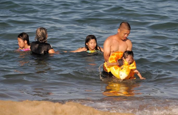 Bãi biển Nha Trang đông nghịt trong ngày đầu mở cửa - Ảnh 6.