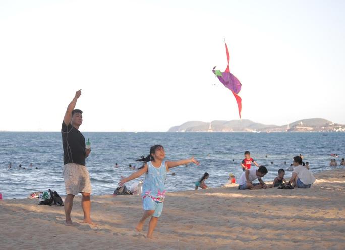 Bãi biển Nha Trang đông nghịt trong ngày đầu mở cửa - Ảnh 5.