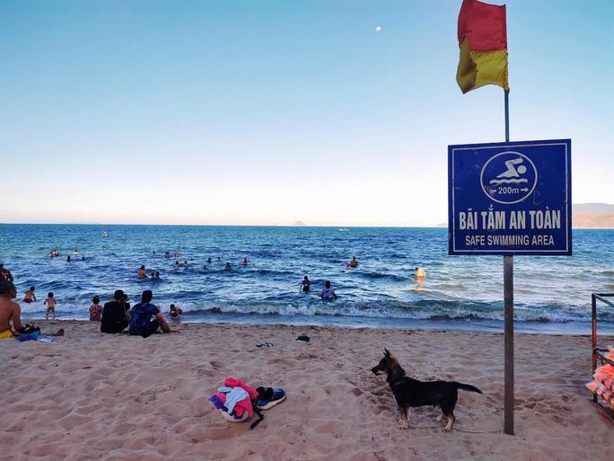 Bãi biển Nha Trang đông nghịt trong ngày đầu mở cửa - Ảnh 1.