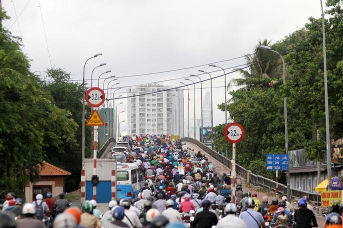 Xe cộ ken đặc các ngả đường quanh Bến xe Miền Đông  - Ảnh 1.