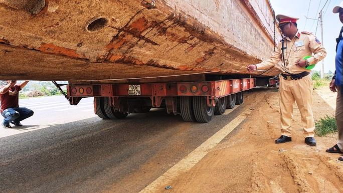 Phạt hơn 90 triệu đồng tài xế và chủ phương tiện kéo sà lan gây ách tắc đèo Bảo Lộc - Ảnh 2.