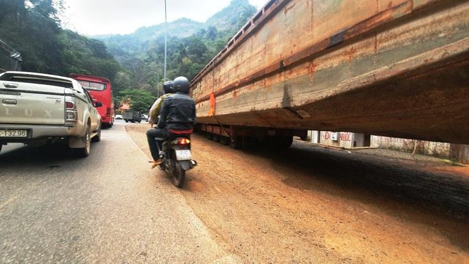 Phạt hơn 90 triệu đồng tài xế và chủ phương tiện kéo sà lan gây ách tắc đèo Bảo Lộc - Ảnh 3.