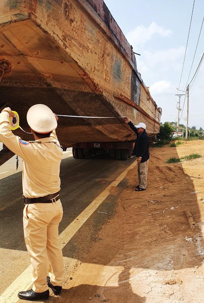 Phạt hơn 90 triệu đồng tài xế và chủ phương tiện kéo sà lan gây ách tắc đèo Bảo Lộc - Ảnh 6.