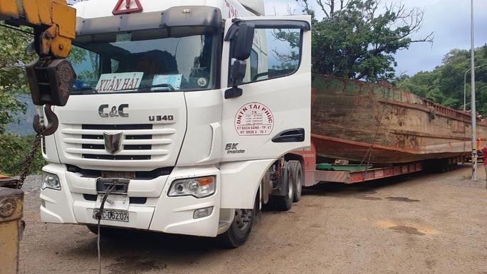 Phạt hơn 90 triệu đồng tài xế và chủ phương tiện kéo sà lan gây ách tắc đèo Bảo Lộc - Ảnh 1.