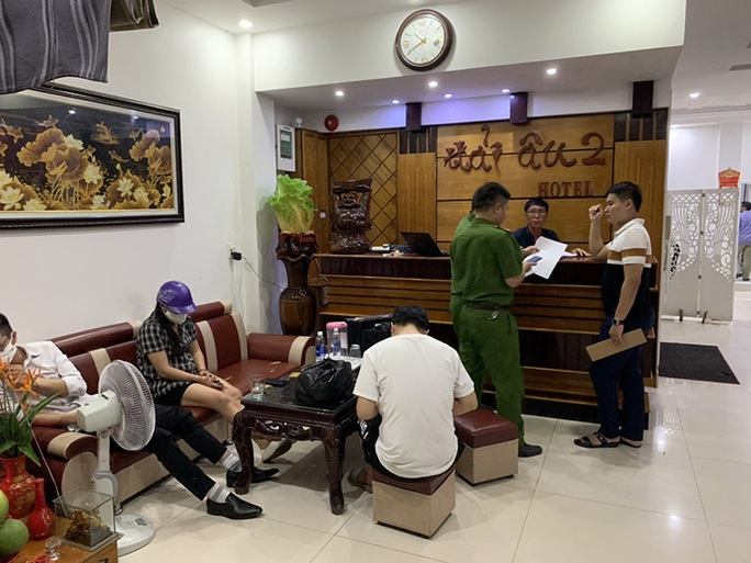 Quảng Bình: Bắt quả tang 4 chân dài đang bán dâm cho khách, với giá 500.000 đồng/lượt - Ảnh 2.