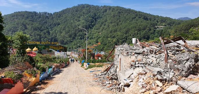 Cận cảnh tháo dỡ Khu du lịch Vườn thượng uyển bay chui ngay cửa ngõ Đà Lạt - Ảnh 2.