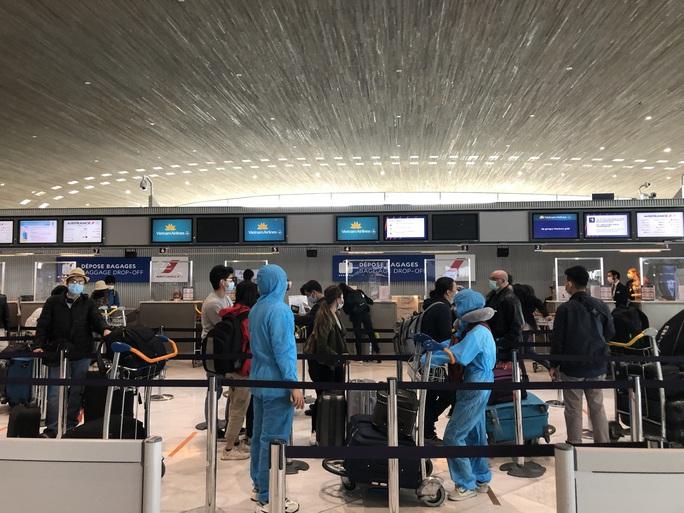 240 công dân Việt Nam từ Pháp về sân bay Vân Đồn - Ảnh 1.
