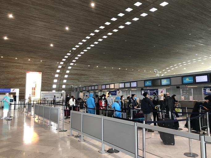 240 công dân Việt Nam từ Pháp về sân bay Vân Đồn - Ảnh 2.