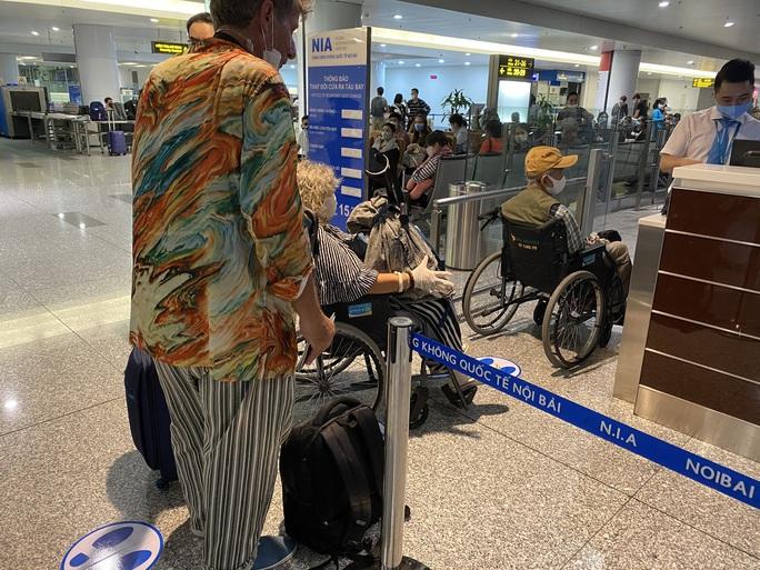 240 công dân Việt Nam từ Pháp về sân bay Vân Đồn - Ảnh 4.