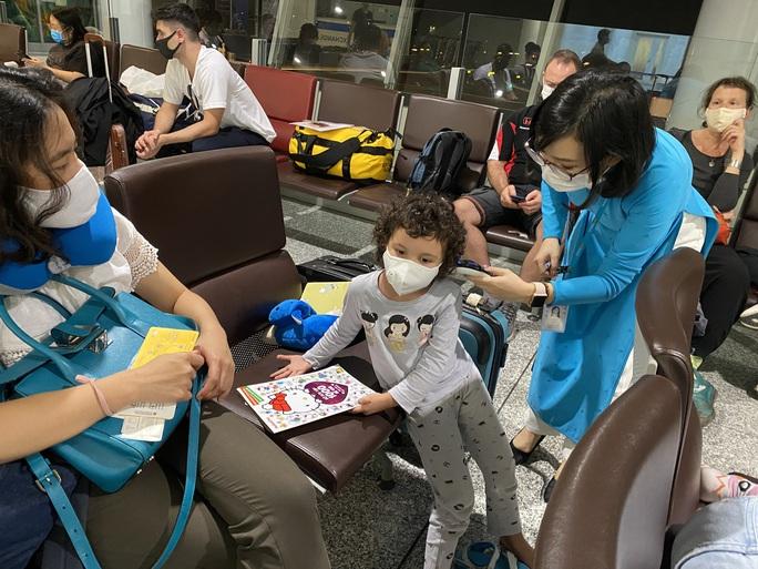 240 công dân Việt Nam từ Pháp về sân bay Vân Đồn - Ảnh 5.