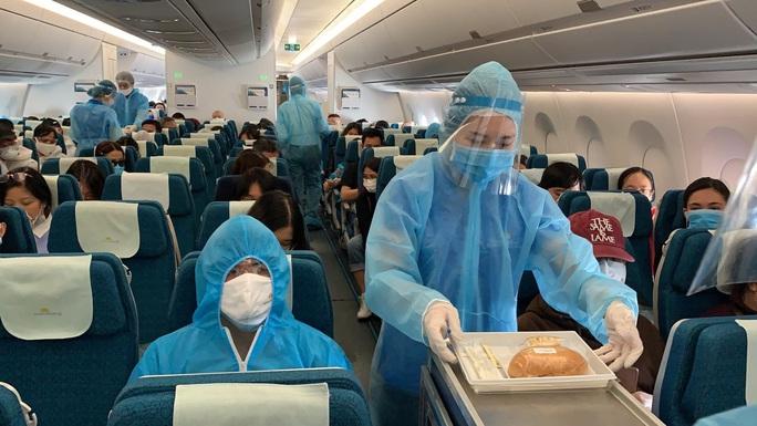 240 công dân Việt Nam từ Pháp về sân bay Vân Đồn - Ảnh 6.