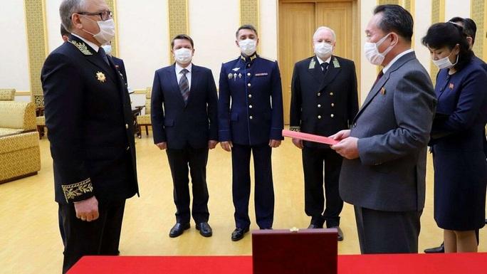 Tổng thống Putin trao kỷ niệm chương Thế chiến II cho Chủ tịch Kim Jong Un - Ảnh 1.