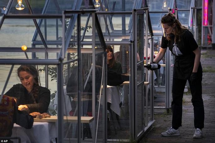 Cách tránh Covid-19 độc đáo của nhà hàng Hà Lan - Ảnh 3.