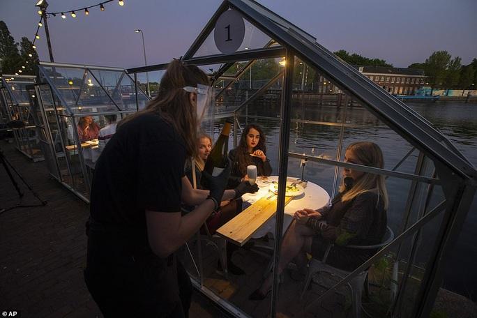 Cách tránh Covid-19 độc đáo của nhà hàng Hà Lan - Ảnh 2.