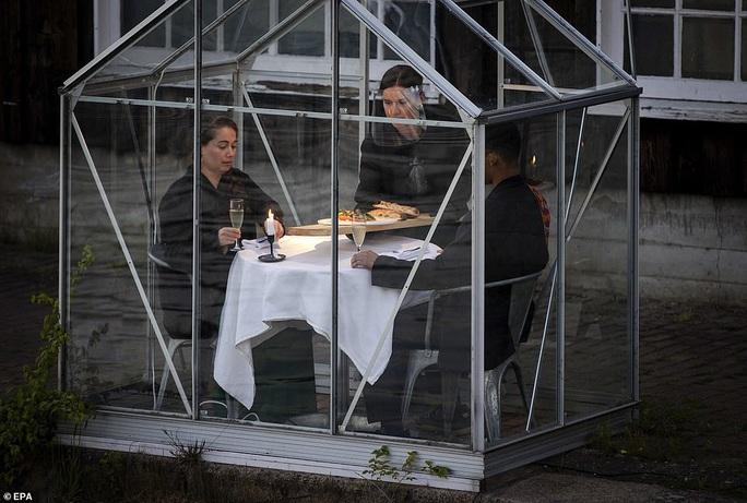 Cách tránh Covid-19 độc đáo của nhà hàng Hà Lan - Ảnh 5.