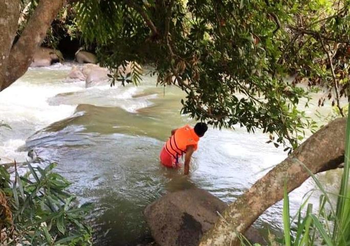 Lũ bất ngờ trên sông Đồng Nai khiến nhóm 10 người đang chơi thác gặp nạn - Ảnh 2.
