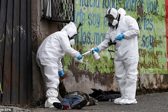 Covid-19: Hình ảnh thương tâm trên đường phố Ecuador - Ảnh 1.