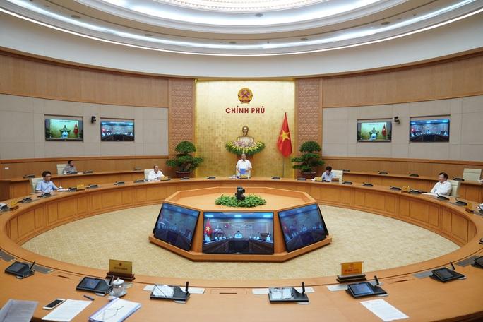 Thủ tướng: Cho phép mở lại các dịch vụ không thiết yếu, trừ vũ trường và karaoke - Ảnh 2.