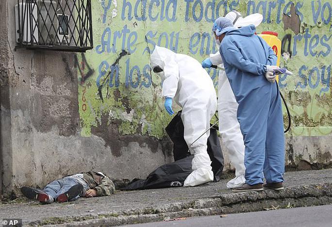 Covid-19: Hình ảnh thương tâm trên đường phố Ecuador - Ảnh 4.