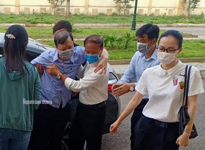 Người nhà dìu cựu trưởng Công an TP Thanh Hóa tới tòa - Ảnh 1.